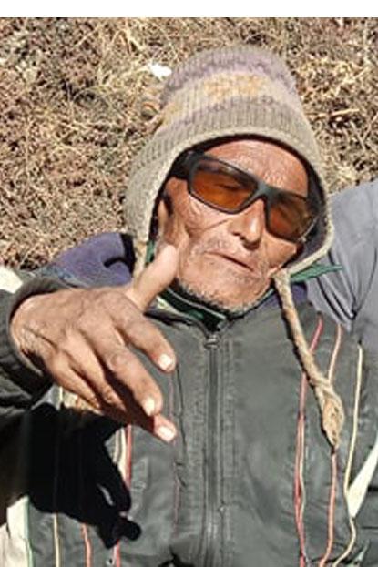 २०१५ साल देखी दिङबुचे, फेरुचे र नाम्चेको बाटो निमार्ण गर्दै आएको पासाङ शेर्पा (भिडियो सहित)