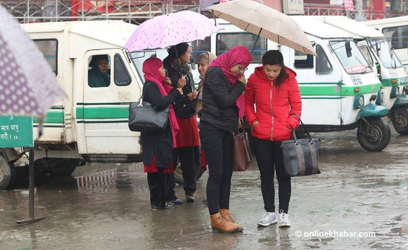 काठमाडौंमा पानी पर्यो धुलाम्य सड़क हिलम्य