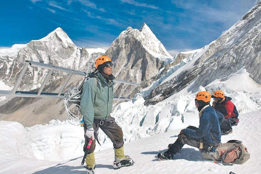 पर्वतारोहणको वसन्त सिजनः सगरमाथातिर आइसफल डाक्टरहरु