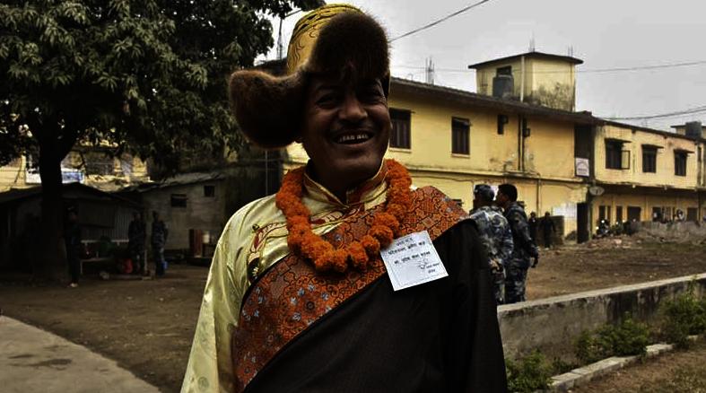 प्रदेश सभा १ मा शेर्पा पोशाकमा राजभण्डारी- राजभण्डारीसँग फोटो खिच्नेको घुइचो,