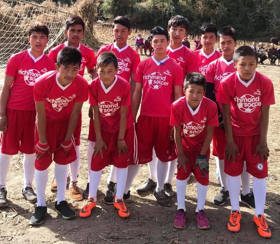 सिसाखोलामा भएको फुटबलमा चिम्दिङ विजयी, विद्यार्थीलाई विभिन्न सामग्री वितरण