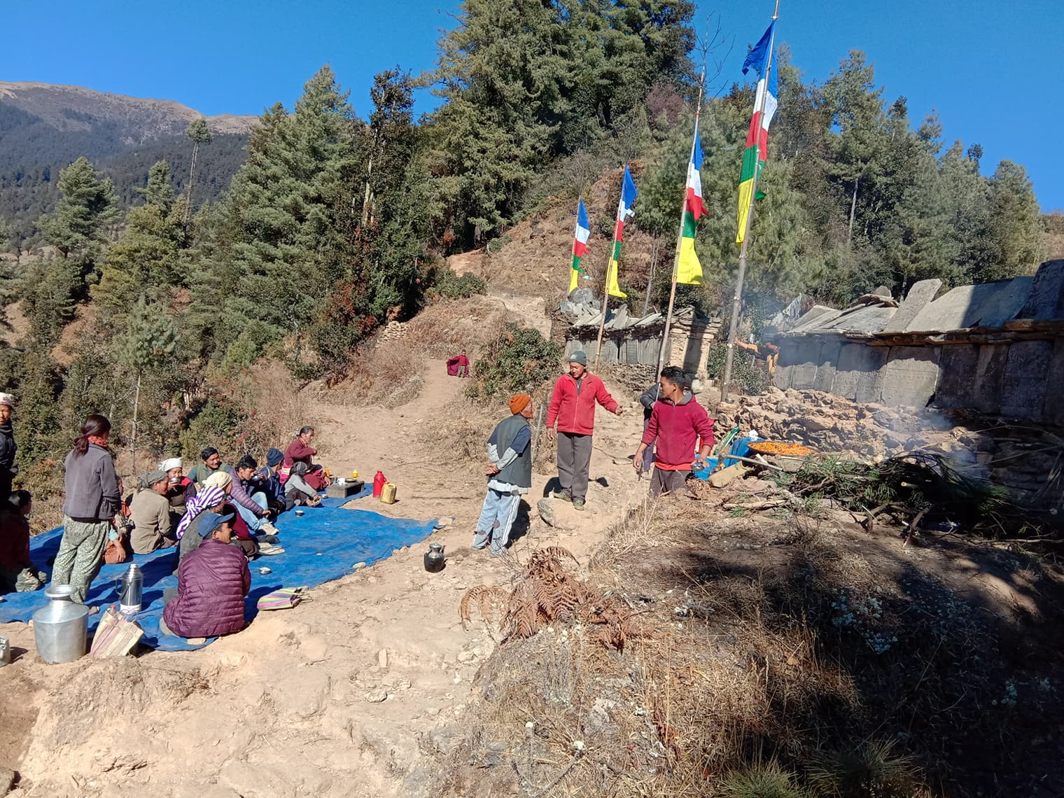 भुकम्पले भत्केको माने पुन निर्माण गर्दै स्थानीय