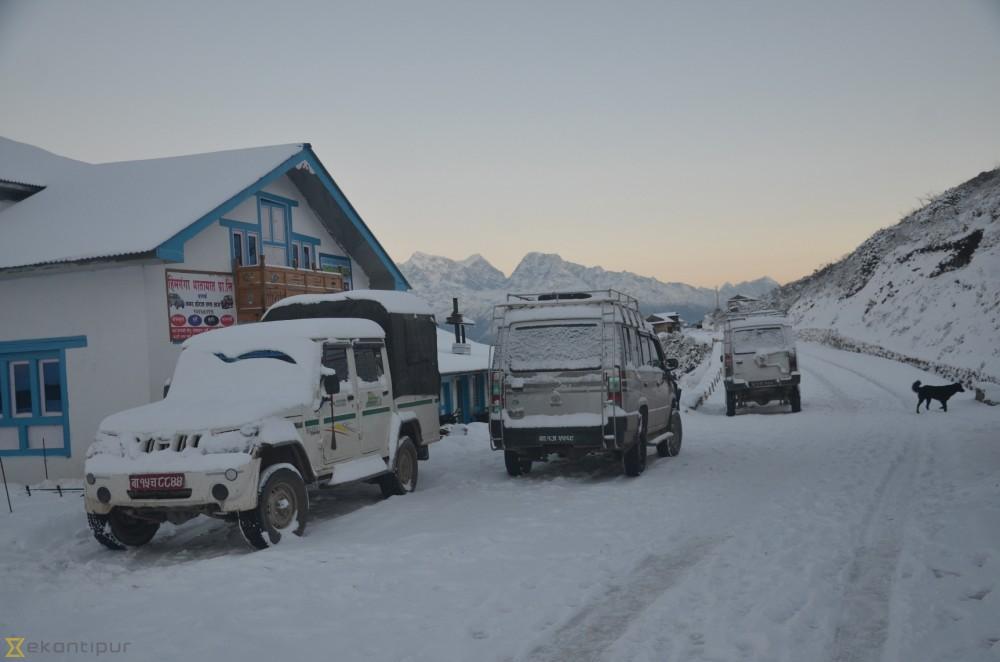 भारी हिमपातका कारण सोलु–काठमाण्डौँ सडक अवरुद्ध ।