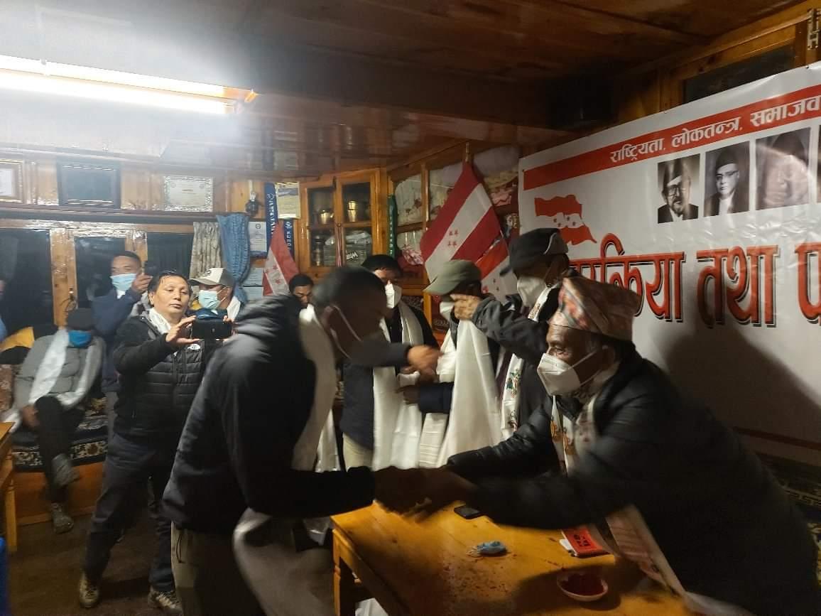 खुम्बुमा नेकपाका तत्कालिन सचिव सहित १११ नेपाली कांग्रेसमा प्रवेश